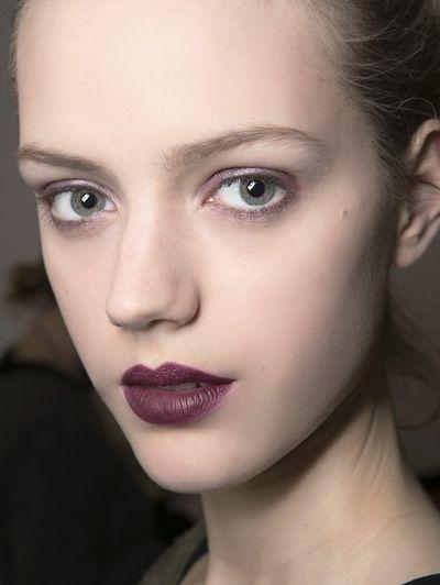 Duistere donkere lippen - Dit zijn dé make-uptrends van dit najaar #blush #eyeliner #model #beauty #makeup #ELLE