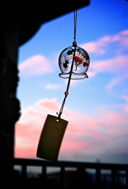[F]揺らぐ風鈴。静かな響きは夏の暑さを和らげてくれる。