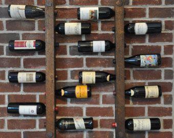 * Cales plein de bouteilles de la vin  Nous avons ajouté quune patine serait cuivre bande avec lexpression « IN VINO VERITAS », qui signifie en latin « viti-vinicole, il est vérité » à notre casier à vin plus populaire. Ce porte-bouteilles est une merveilleuse pièce pour une cuisine, coin bar ou salle à manger qui a besoin dun petit personnage. Avec les bouteilles étroitement espacées, ce support offre la meilleure valeur dabord avec la pièce pour 12 bouteilles dans un rack seulement 31 de…