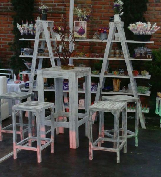 Mesas periqueras y escaleras para dulces vintage