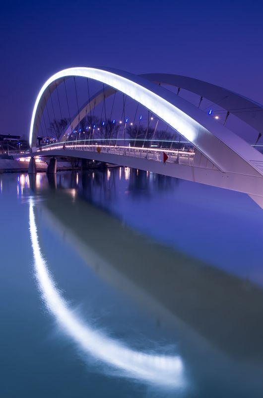 Lyon Pont Raymond Barre, reliant le quartier de Gerland à la negihborhood nouvellement construit appelé «Confluence»