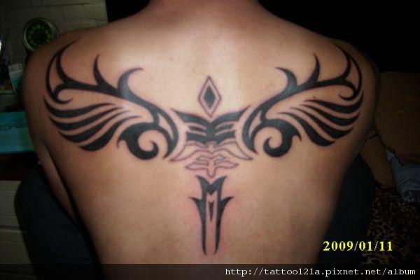 upper back tattoos men   一 位 任職 婚 紗 攝影師 的 年輕 父親 想 在 背部 紋