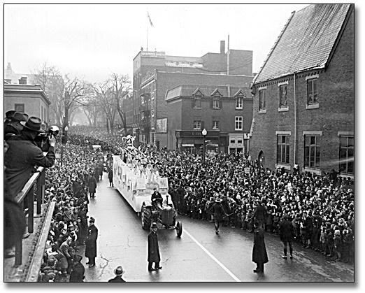 Le défilé du Père Noël. (25 novembre 1945.)