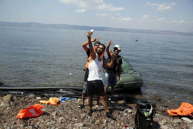 Fotos: Las imágenes del día, 24/08/2015 | Actualidad | EL PAÍS Refugiados sirios posan para un 'selfie' momentos después de llegar a la isla griega de Lesbos. Un bote inflable con unos 15 inmigrantesha naufragado cerca de la isla. Al menos dos personas han muerto y cinco están desaparecidas, según ha informado la Guardia Costera de Grecia.  ALKIS KONSTANTINIDIS (REUTERS)