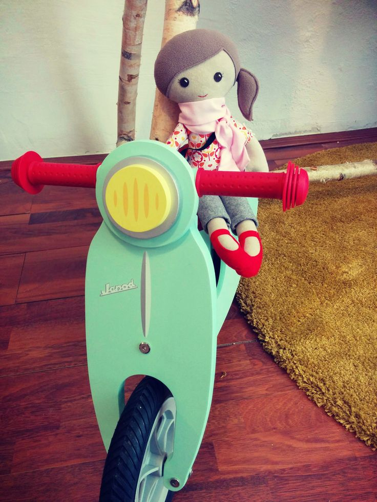 Janod's balance bike for toddlers and Mimma doll. You can find these fine products in Žaba Vanda.
