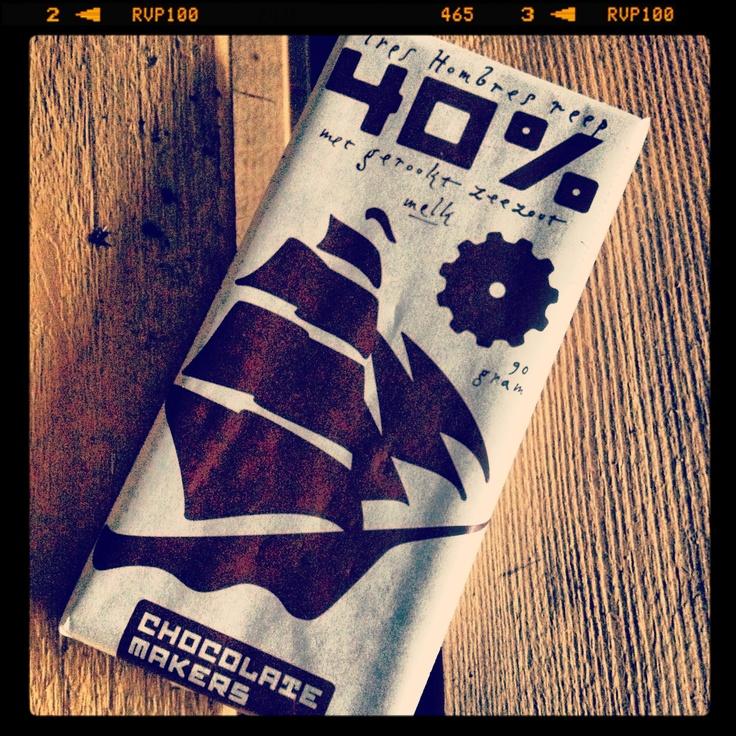 De 'Tres Hombres' melk bevat 40% cacaobonen, 25% melkpoeder, 24% suiker, 10% cacaoboter en op eikenhout gerookt zeezout (1%).    Van iedere reep gaat er 30ct naar het zeilschip voor onderhoud van deze prachtige schoenerbrik.    De reep weegt 90 gram en is verpakt in vetvrij papier bedrukt met bio-inkt.    Deze chocolade is een versproduct. De reep is ruim een half jaar houdbaar maar wij adviseren de reep binnen 3 maanden op te eten. Simpelweg omdat de smaak dan beter is.