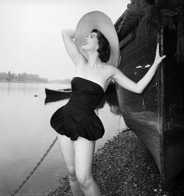 Una ragazza in spiaggia in una località non specificata, il 26 luglio del 1955. (Chaloner Woods/Getty Images)