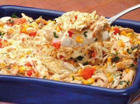 Ingredientes  1 cebola picada 3 colheres (sopa) de óleo 1 lata de milho verde 3 xícaras (chá) de sobras de peito de frango desfiadas Sal e pimenta-do-reino 1 tomate, sem sementes,