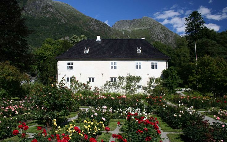 Slottet frå 1665 mellom fjord, fonn, fjell og fossefall - og eit vell av roser