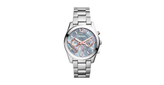 Die perfekt auf ihren Stil abgestimmte Boyfriend Uhr. Wie die funkelnden Sterne am winterlichen Sternenhimmel verleihen roségoldfarbene Akzente und ein graues Perlmuttzifferblatt dieser außergewöhnlichen Uhr ihren Glanz.