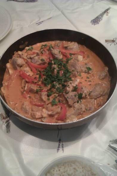 Een familierecept van chefkok Gaetano Sergio wat hij van zijn oma kreeg. Heerlijke stukjes varkenshaas in een overheerlijke romige saus met groenten en cognac.