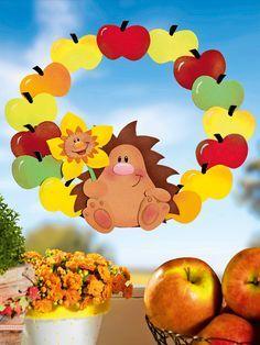 Igel & Äpfel: ein tolles Duo für den Herbst. Und deswegen basteln wir uns einen Herbstkranz mit beiden Motiven.