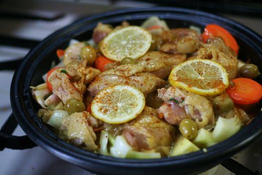 せっかくタジン鍋を買ったので、タジン料理の王道ともいえるレモンチキンタジンを作りました。 レモンの爽やかな風味が病みつきになるモロッコの煮込み料理で...