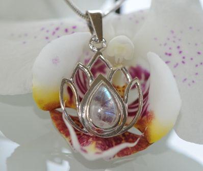 Lotus flower silver pendant with natural moon stone | Lotosový květ s přírodním měsíčním kamenem