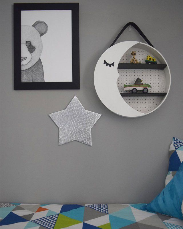 Pour la chambre de votre enfant, créez une étagère lune diy For the bedroom of your child, create a shelf moon diy