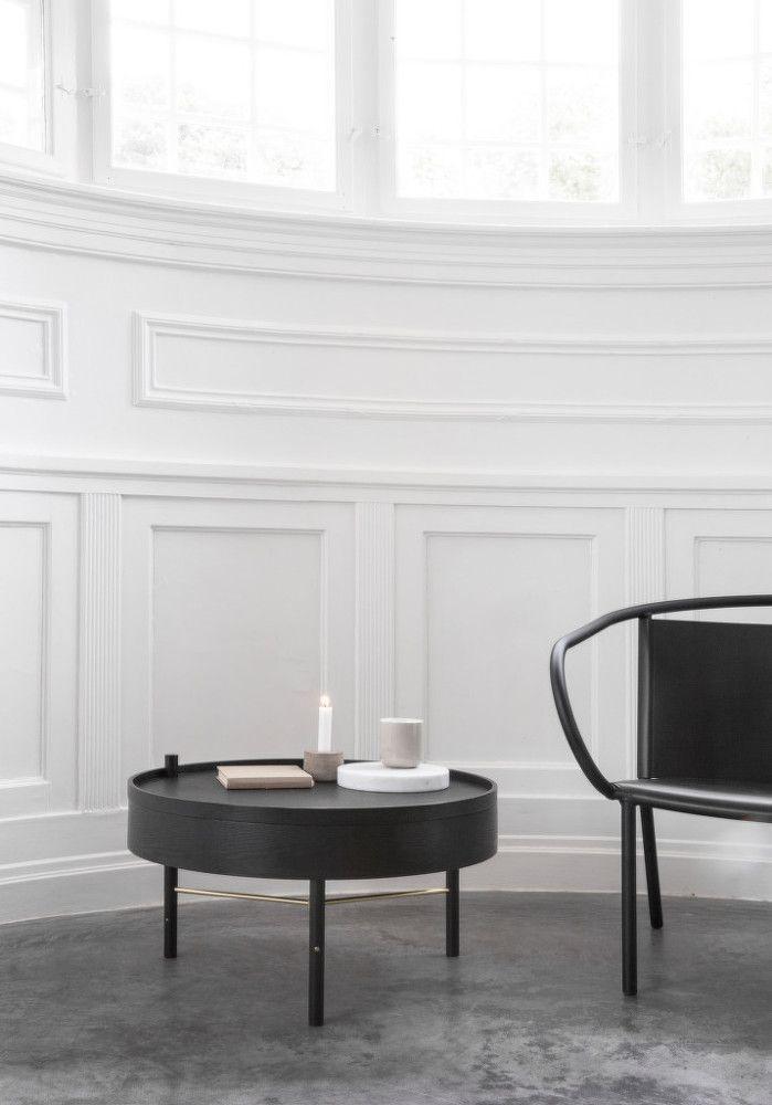 Malý konferenční stolek v provedení jasan mořený na černo, který pro značku Menu navrhla designérka Theresa Arns.