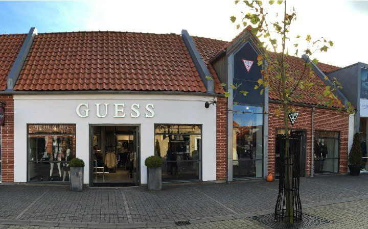 Global lifestyle brand Guess originated in the United States presented its premier store in Denmark on 1st November 2016. The choice fell on Ringsted Outlet, where the label joined a wide range of major international brands with its 325-square-metre boutique. #guess #denmark #thelocationgroup #shopopening #storeopening #elocations