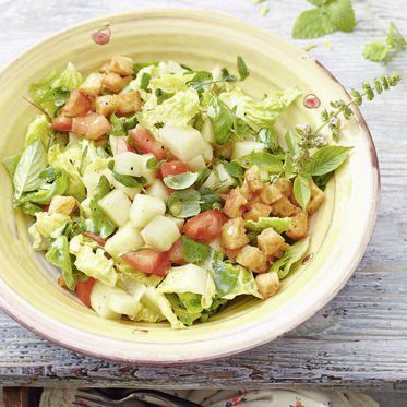 Sommersalat mit Tomate und Melone Rezept | Ab jetzt gilt: Kein Sommer mehr ohne diesen fruchtig bunten Salat! Perfekt an heißen Tagen und Abenden. Jetzt muss nur noch das Wetter mitspielen ...