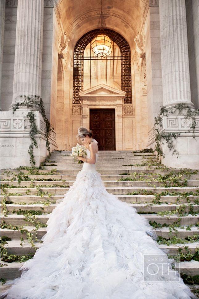Αριστοκρατικό νυφικό με μακριά ουρά.  #royal, #elegant, #gown  At the New York Public Library   www.lovetale.gr