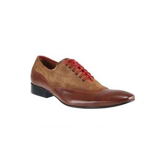Manažérska obuv hnedej farby v kombinácií s brúsenou kožou, prešívana červenou nitkou a doplnená červenými šnúrkami - fashionday.eu