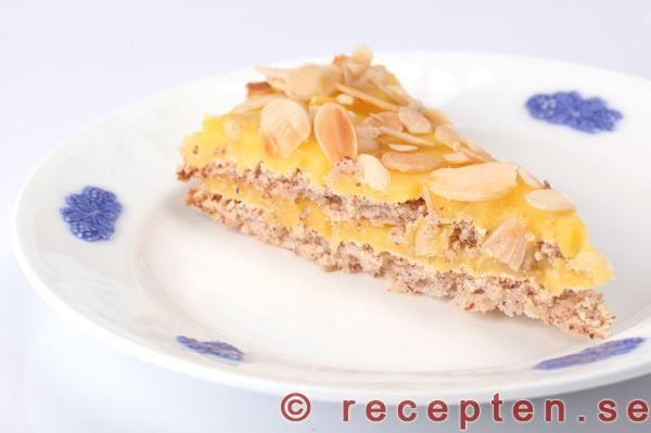 Recept på Mandeltårta med smörkräm - Oscar II tårta. Bilder steg för steg! Går bra att förbereda och frysa in.