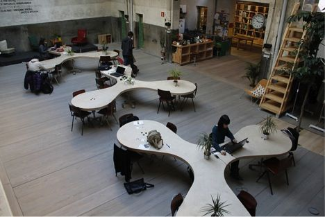 Bijzondere vorm tafels om samen of alleen te werken.
