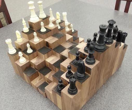 Ein mehrstufiges 3D-Schachbrett. Aus Walnuss gefertigt, ist jeder Block zu einem anderen …
