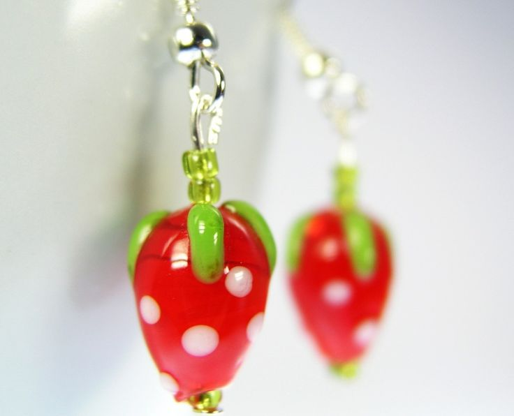 Diese süßen kleinen Lampwork Erdbeeren aus Glas sind ein echter Hingucker. Jeder Erdbeere ein Unikat und kann deshalb auch leicht von der Abbildung...