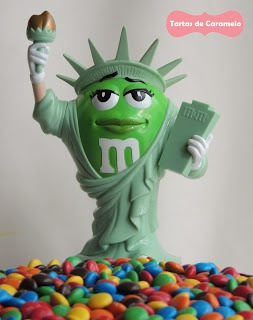 Tarta de emanems y kitkat con la estatua de la libertad de M's World New York
