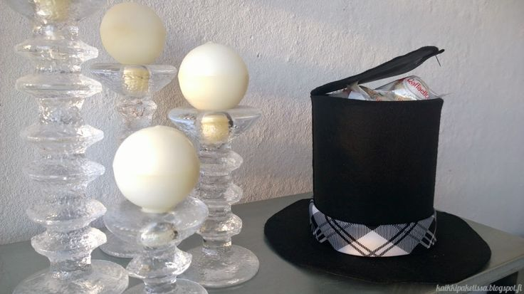 Sujauta isänpäivälahja upean silinterihatun sisään! Ohjevideo hattupaketin tekoon Kaikki Paketissa -blogissa!  Hide your father's day gift into this festive top hat box.
