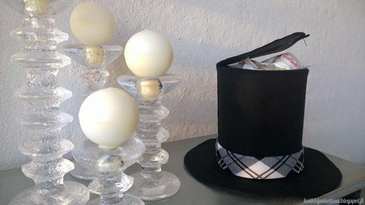 Sujauta isänpäivälahja upean silinterihatun sisään! Ohjevideo hattupaketin tekoon Kaikki Paketissa -blogissa!  Hide your father's day gift into this festive top hat box.