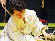 """Um tabuleiro de xadrez serve de palco para o espetáculo """"Um Conto Idiota"""". O espetáculo, apresentado pelo bailarino Jorge Garcia, é parte do Festival Depois das Horas, na sala Crisantempo. As apresentações acontecem nesta quinta,12, sexta, 13 e sábado, 14. Em cena, atuam oito bailarinos, que produzem uma coreográfica com base num jogo de improviso....<br /><a class=""""more-link"""" href=""""https://catracalivre.com.br/geral/agenda/barato/danca-no-tabuleiro-de-xadrez/"""">Continue lendo »</a>"""