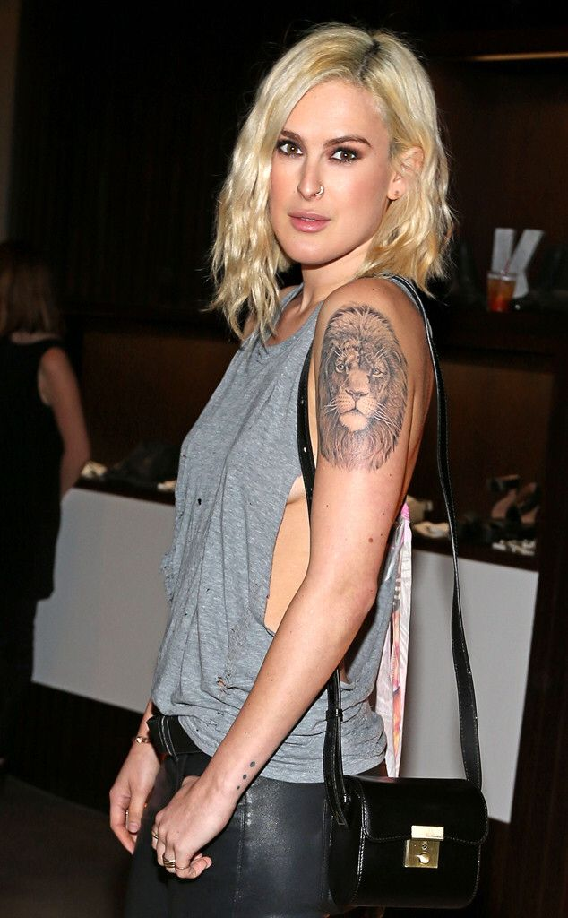Image from http://www.eonline.com/eol_images/Entire_Site/2014917/rs_634x1024-141017182903-634.Rumer-Willis-Side-Boob-LA.ms.101714.jpg.