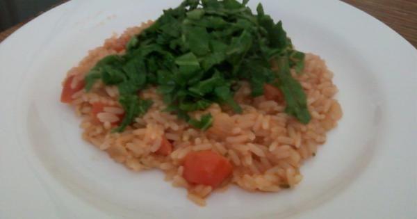 1 xícara de arroz parbolizado cru  - 10 tomates cereja cortado em 3 partes  - 1 vidro pequeno de champignon  - 1 xícara de parmesão ralado  - 2 cubinhos de caldo de ervas finas (ou galinha)  - 3 colheres de sopa de margarina (pode ser light)  - 4 folhas de couve cortadas em tirinhas finas  - 1 cebola picada  - 2 colheres de sopa de molho de tomate  - Salsinha a gosto  - Sal a gosto  -