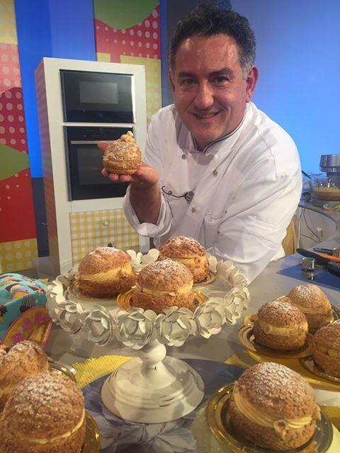 Bignè alla nocciola di Sal de Riso: Pasta Bignè con crumble alla nocciola, crema al burro alla nocciola e croccantino alle nocciola