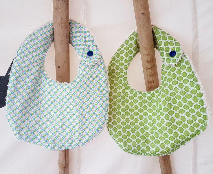 Le printemps et ses jolies couleurs arrive! Optez pour ce lot de deux bavoirs imprimés 100% coton et coton biologique (GOTS) : Mode Bébé par ma-choupinette