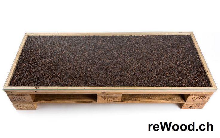 Coffeetable von reWood //  Niedriger Tisch, unter der Glasplatte befüllbar mit Kaffeebohnen oder ähnlicher Dekoration // Palettenmöbel aus der Schweiz, Bern, Biel // marcorothphotography.ch