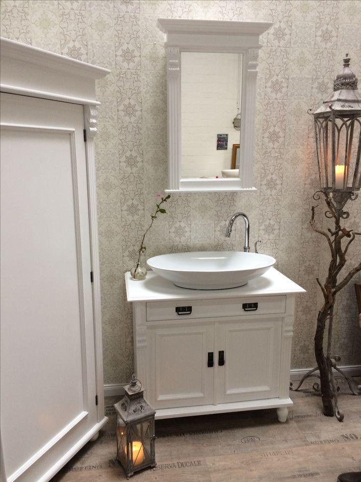 LAND & LIEBE BADMÖBEL - eine nostalgische Kommode als Waschtisch, ein Badezimmer ganz in Weiß. DIY oder zu erwerben in unsere Manufaktur