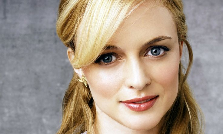 Heather Graham's hair and make up is gorgeous