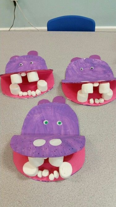 Hungry Hungry Hippos!! Paper plate and marshmallow hippo craft!  This is just an image, but I am pretty sure you can figure it out from the picture.  Just 2 paper plates and 2 sizes of marshmallows.  Super cute!!