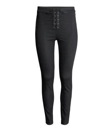 Bukser i twill med superstretch. Har smalle ben og høj talje. Dekorativ snørelukning foran og skjult lynlås i siden.