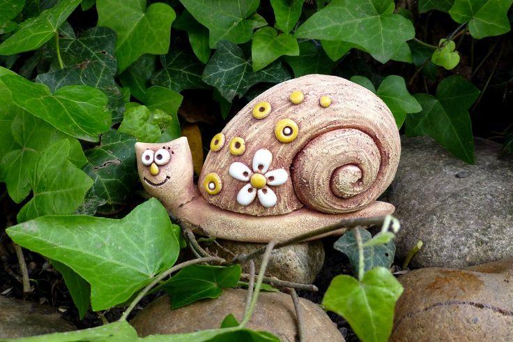 Šnek parádník Ze šamotové hlíny, vhodné i k venkovní celoroční dekoraci. Velikost 9,5 x 15 cm(vxd).
