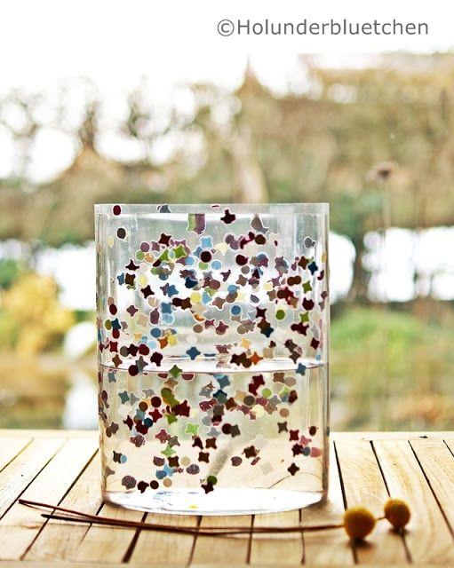 Konfetti laminieren, Folie um ein Glas legen.