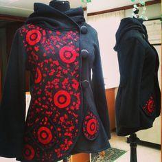 Tapado con capucha desmontable de polar y tul con aplicaciones de telas recicladas #invierno #winter #fashion #moda #magallanes #puq #patagonia #puntaarenas #instapuq #instalike #instafashion #instachile #chile #coat #jacket #plussize