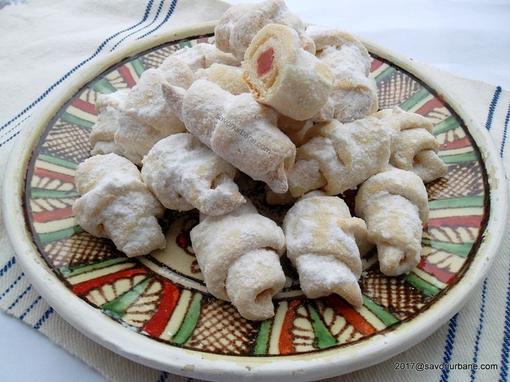 Cornulete fragede cu bors si untura, unt sau ulei. Cornulete fara ou umplute cu rahat, magiun sau nuca. Reteta este una traditionala moldoveneasca din