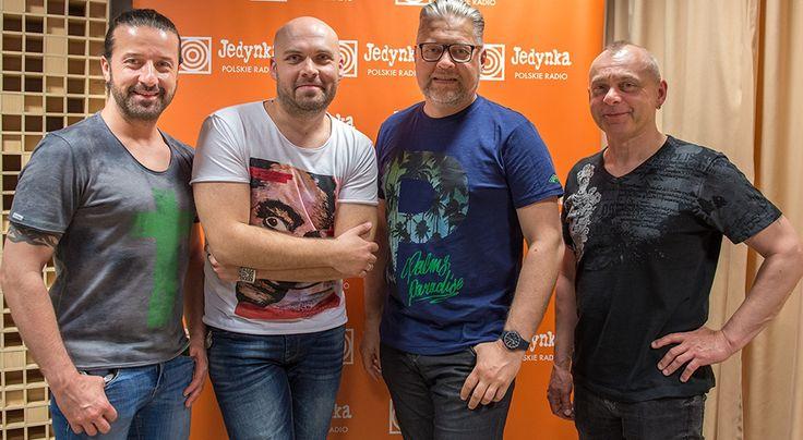 Prowadzący Marcin Kusy (drugi z lewej) i muzycy zespołu IRA: Wojciech Owczarek, Artur Gadowski i Piotr Sujka  * * * * * * www.polskieradio.pl YOU TUBE www.youtube.com/user/polskieradiopl FACEBOOK www.facebook.com/polskieradiopl?ref=hl INSTAGRAM www.instagram.com/polskieradio