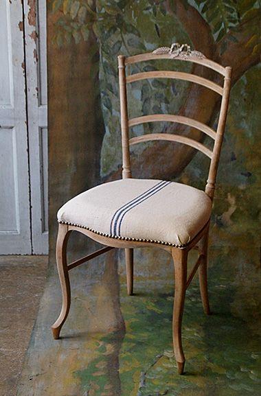 詩を編む椅子-french ribbon chair ここまできっと紆余曲折。もちろん全てのお品物に逸話があって、とは思っております。名も無き一塊として無口な存在も多い中、とにかく細いカブリオレ・レッグのこちらの椅子は可憐で寓話に満ちた一脚。背景に深い森を据え置いたから余計に、ポエトリーリーディングが想像の域から出て、果てしない。底面バンドから新たに張り替えました。笠木両サイド、リボン装飾は一度割れており、接着修理を施しております。その他虫喰い無く状態は良いのですが、とても細いフレームと脚ですので、日常使いはお薦め出来ません。