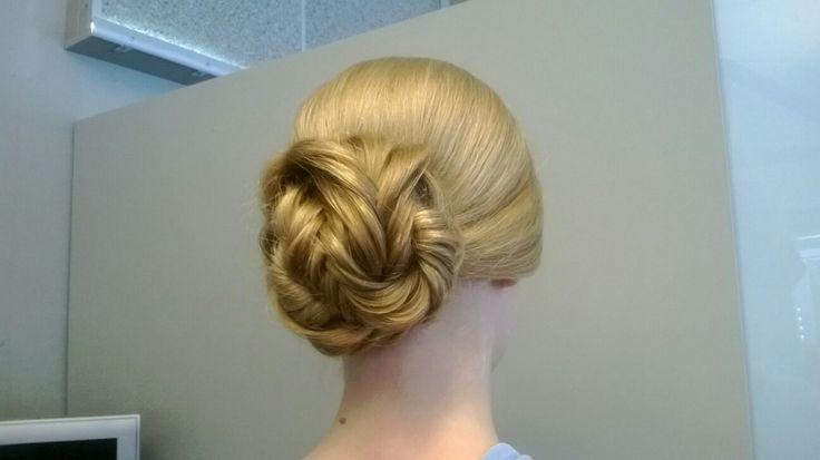 #fishtailbraidbun #blonde #longhair #prom #tukkatalo