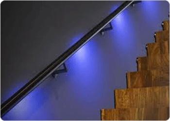 Handig: Lumigrip, een trapleuning met geintegreerde LED-verlichting. De trapleuning kan ook worden uitgerust met licht- en bewegingssensoren.