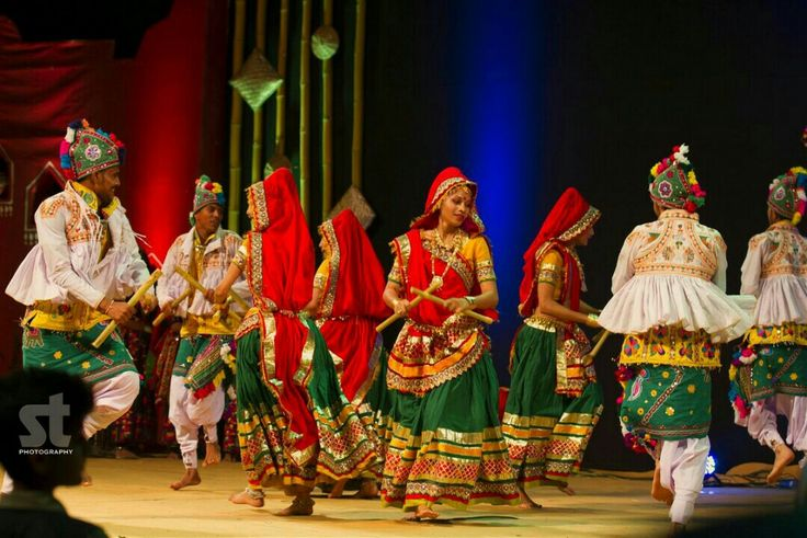Dandiya: Most popular folk dances from Gujarat. The costume for women is traditional like colorful embroidered choli and ghagra with men wearing special turbans and kedias. Garba is usually performed before Aarti in the honor of the Goddess, while Dandiya is performed after it as a part of celebration.